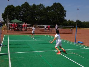 Kinder am Badmintonspielen