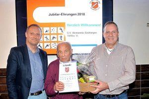 Helmut Nitsche (Bildmitte): 70 Jahre beim SV-Alemannia Salzbergen! Es gratulieren der SVA-Vorsitzende Christian Kund (links) und sein Sellvertreter Wilhelm Böhmker (rechts)