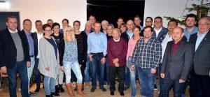 Bürgermeister Andreas Kaiser, der SVA-Vorsitzende Christian Kunk und sein Stellvertreter Wilhelm Böhmker (1.,2.,5. von links) sowie Bernhard Leifeling, Vorsitzende des Ausschuss für Jugend, Sport und Soziales (3. von rechts) gratulieren die Jubilare des Sportvereins SV Alemannia Salzbergen.
